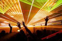 Atmo-Lasershow-feiernde-Menschen-mit-Emotion