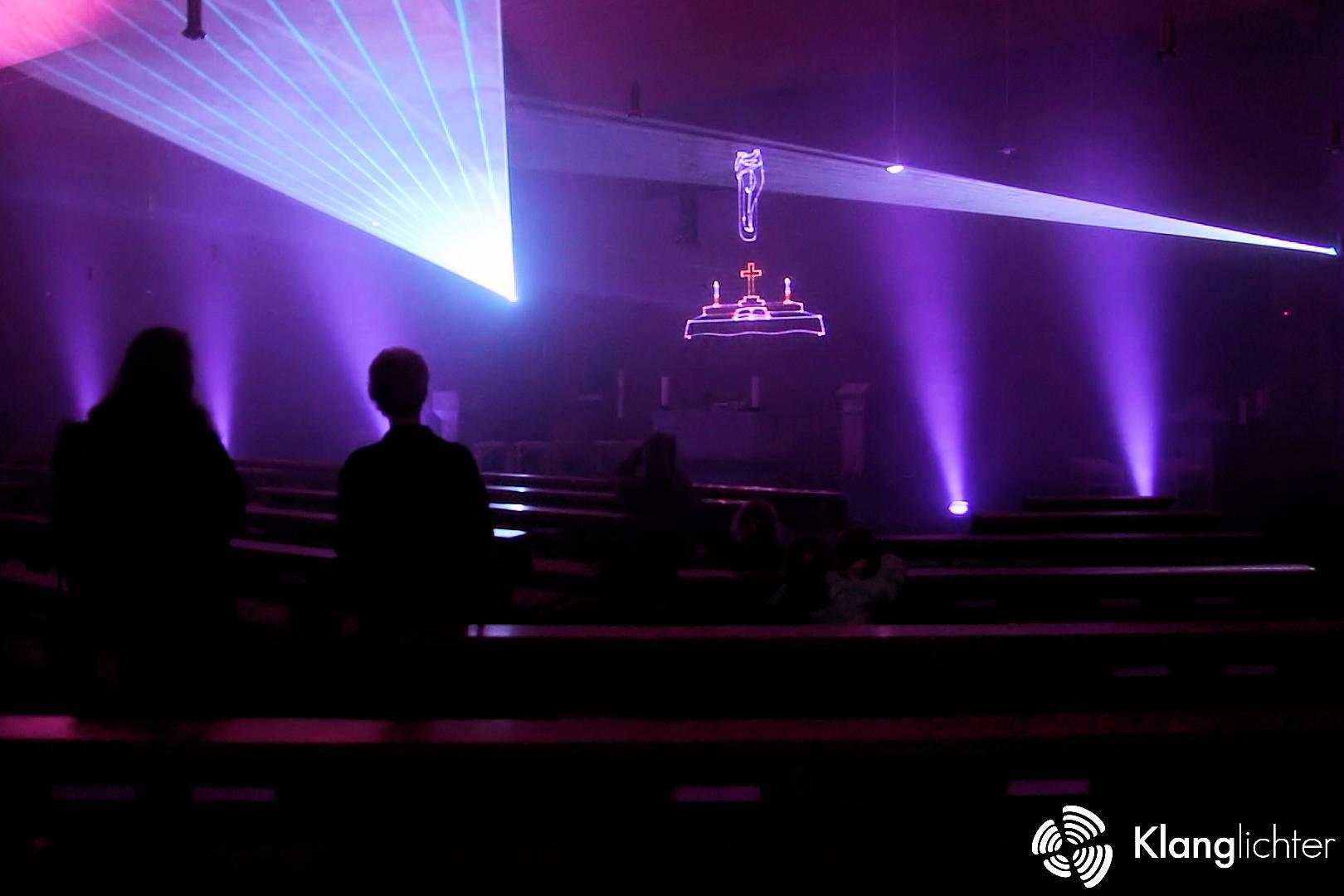 CORPORATE Lasershow: Meditative Lasershow anlässlich 50 Jahre St. Franziskus - Geschichte über dem Altar
