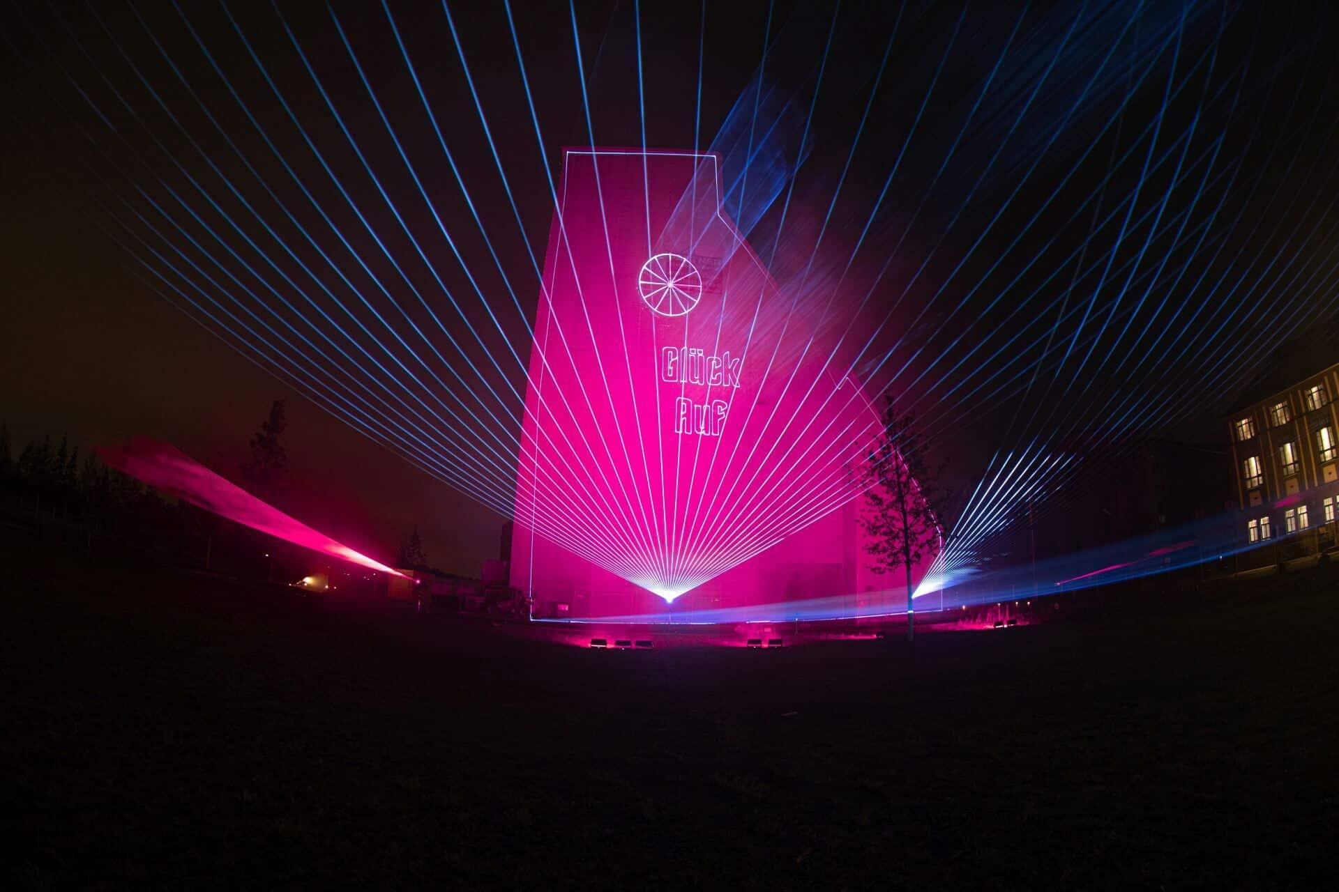 Lasershow mit Grafiken auf Förderturm in Kamp-Lintfort