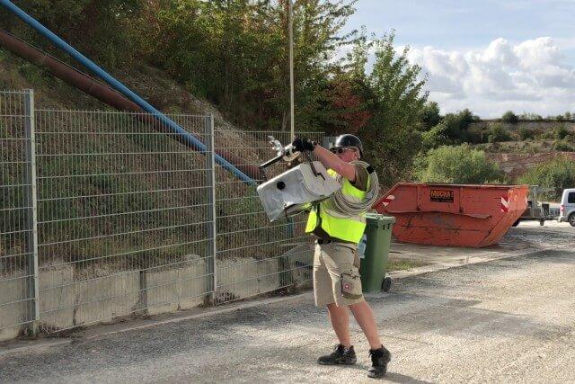 Lasershow Techniker hängt Lasersystem beim Aufbau