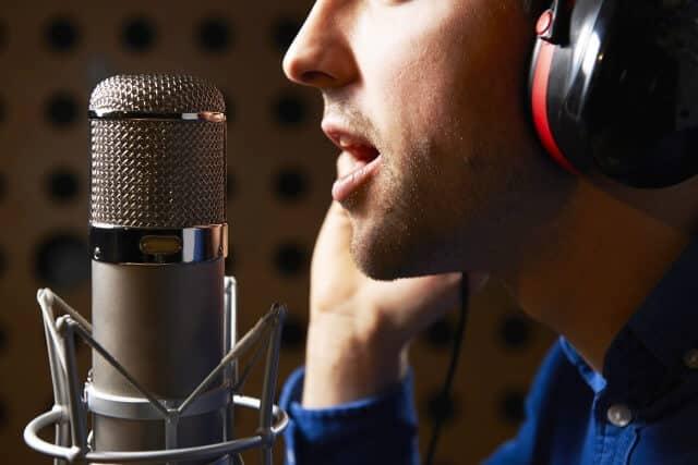 Off-Sprecher in einer Lasershow