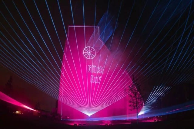 Lasershow-mit-Gebäude-Projektion-Förderturm